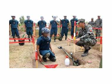 China Completes Humanitarian Mine-Clearance Training Course for Cambodia